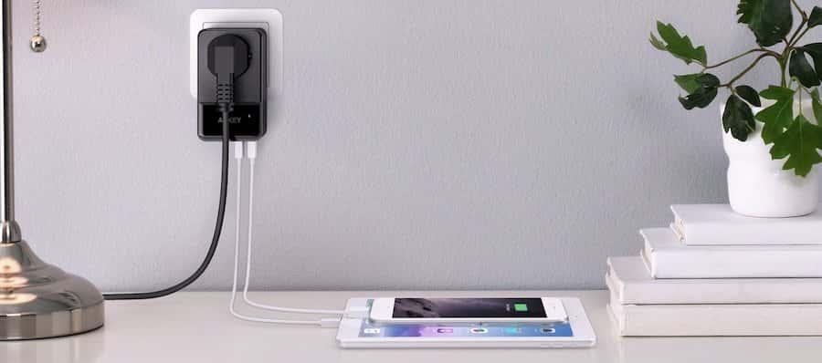 AUKEY USB Netzteil 4 USB Ports mit einem AC Steckdose